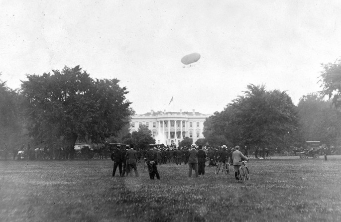 1906 - Airship flies above the White House in Washington, D.C. - George Buck, Library of Congress